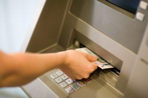 Saque dinheiro usando o cartão de crédito